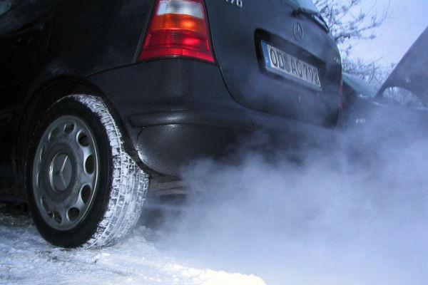 сизый дым автомобиля
